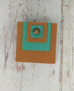 broche carrée en cuir camel et vert émeraude