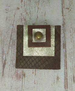 broche carrée en cuir marron et doré