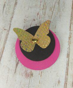broche ronde en cuir fuchsia et noir avec papillon en cuir doré texturé écailles effet miroir