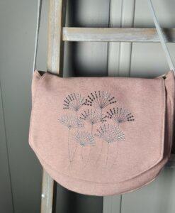 sac bandoulière rose poudré avec broderie contemporaine gris argente